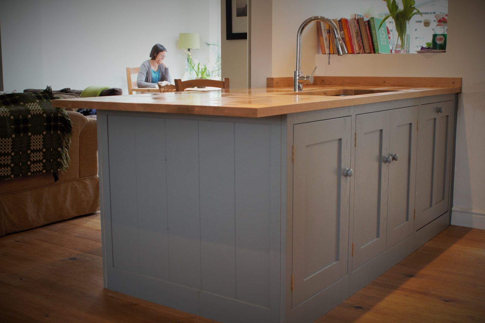 Shaker kitchen with peninsula with a breakfast bar lip