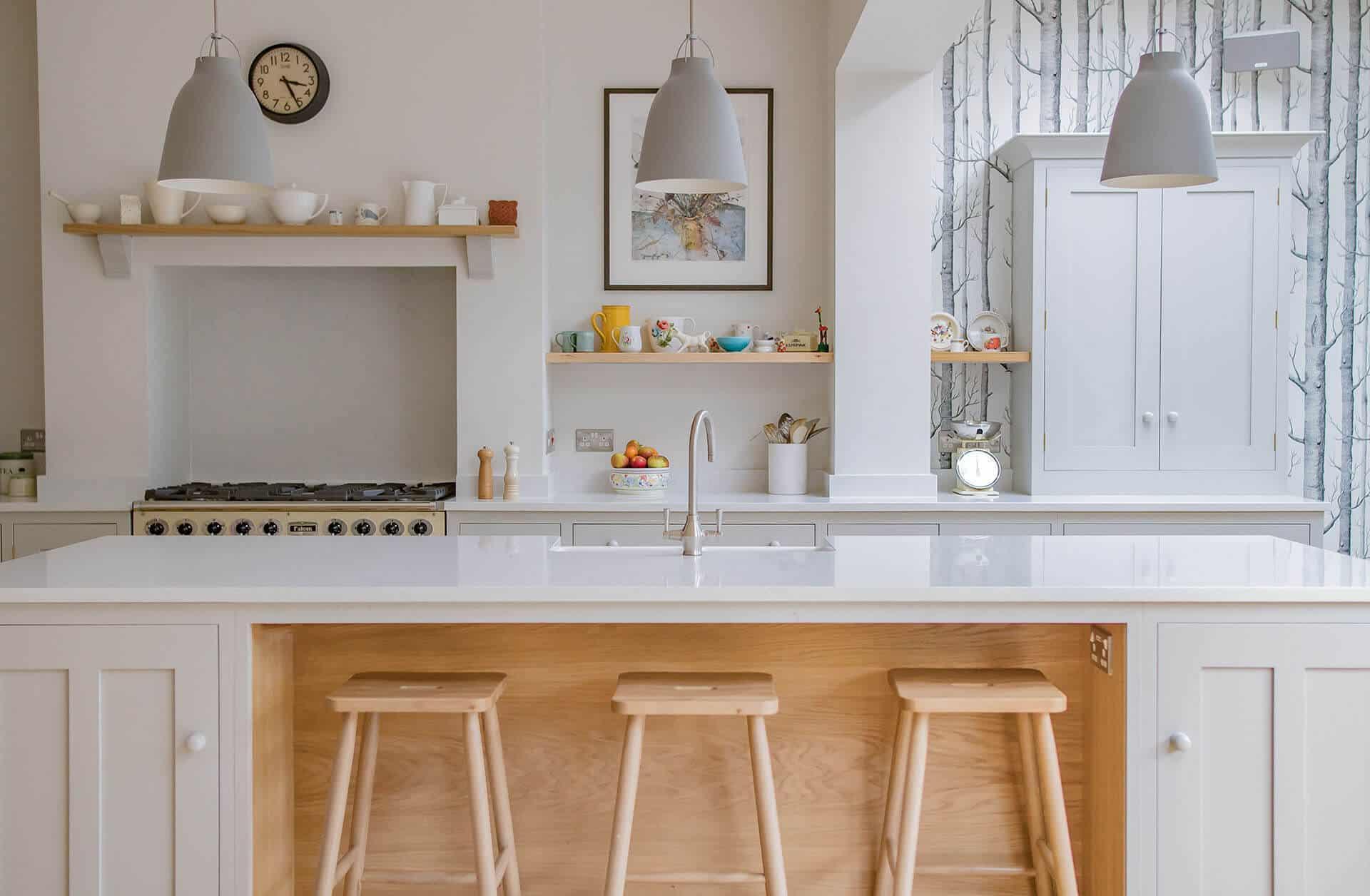 Скандинавская Лесная Кухня с большим центром в центре и белой кварцевой столешницей