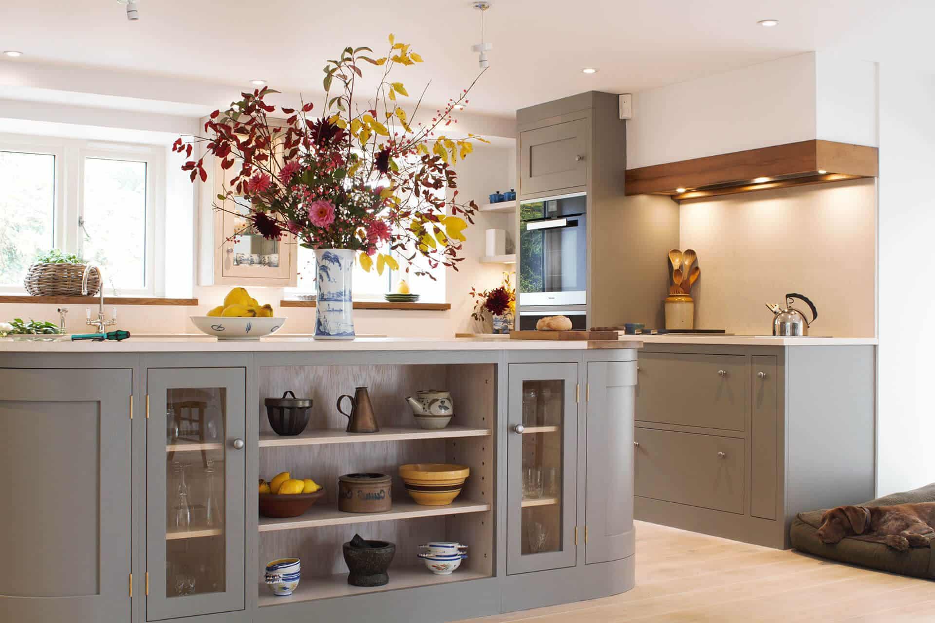 Красивая открытая планировка сарая с большим кухонным островом и застекленными витринами