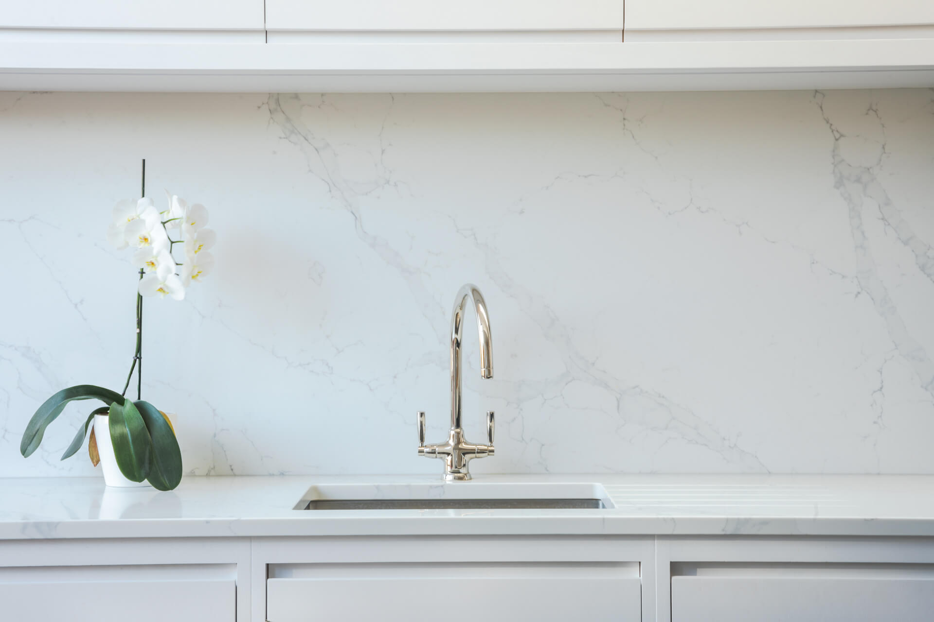 Contemporary London Townhouse Kitchen with marble splashback
